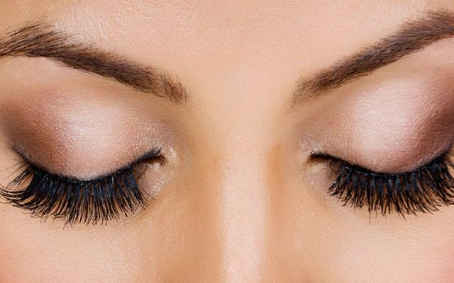 Photo showing the application of eyelash extentions